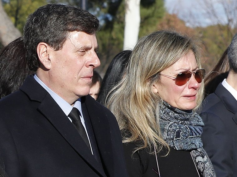 Juan Carlos Quer y Diana López-Pinel en el entierro de su hija.