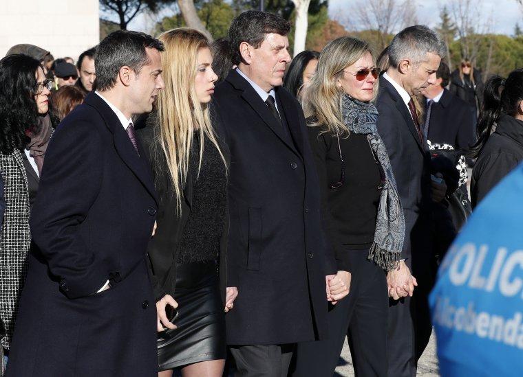 Los familiares de Diana Quer dando el último adiós a la joven.