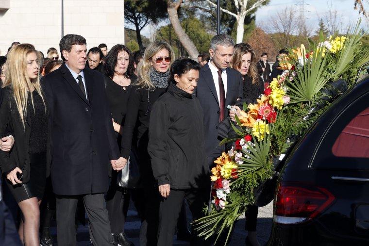 Los padres de Diana Quer y su hermana en el entierro de la joven.