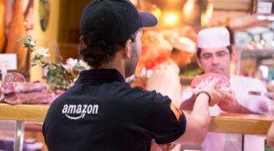 Imagen de archivo de un repartidor de Amazon realizando los pedidos