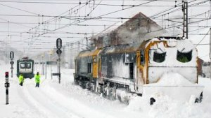 Imagen del tren detenido a causa de la nieve.