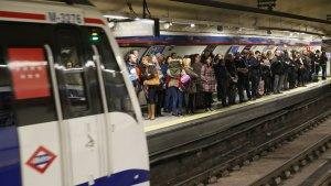 Pasajeros esperando al metro en una de la líneas de Madrid