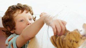 Un niño cogiendo galletas