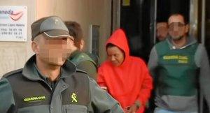 Ana Julia Quezada saliendo de dependencias policiales.