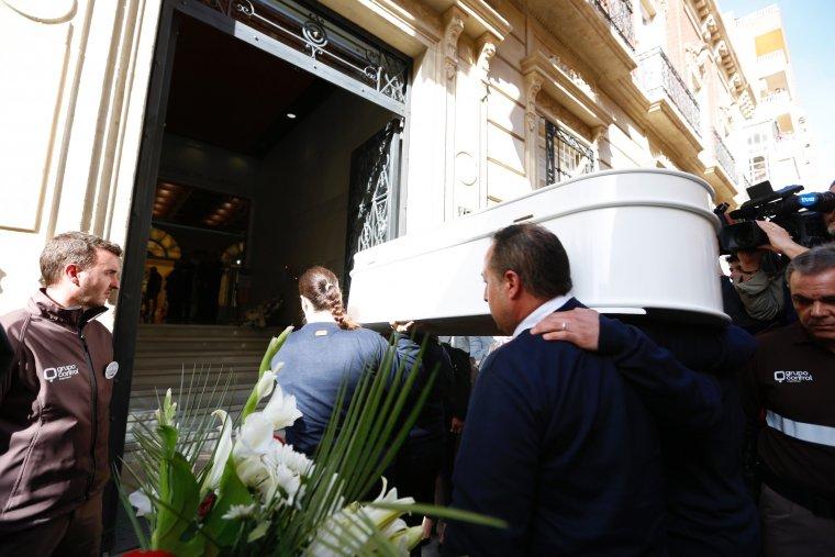 El féretro entrando en el velatorio