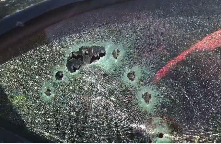 Imagen del cristal del coche tras el tiroteo