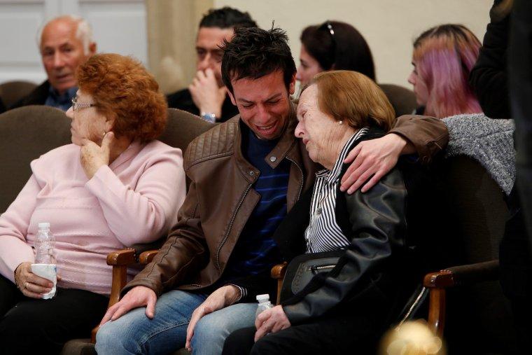 La abuela y el padre de Gabriel en el velatorio