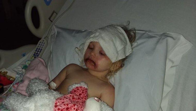 La pequeña Lydia, tras ponerse el maquillaje infantil.