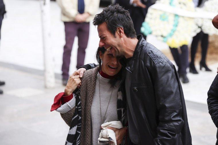 Los padres de Gabriel Cruz durante el funeral de su hijo en la catedral de Almería