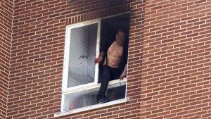 Momentos previos a que el agresor se arrojara al vacío desde la vivienda de Vitoria