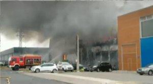 Imagen de los bomberos trabajando en el lugar del incendio