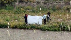 Imagen del momento en que la Policía Nacional levanta el cadáver.