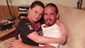 Jennifer dejó de trabajar para amanatar cada 2 horas a su novio Brad, de 36 años