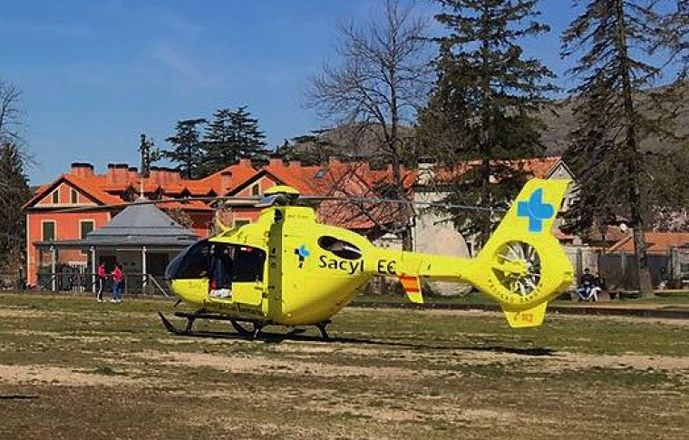 El hombre ha tenido que ser trasladado en helicóptero al hospital