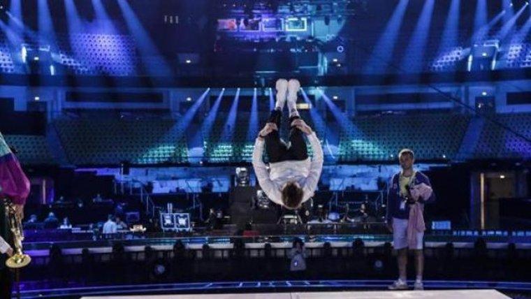 El salto mortal de la actuación de Mikolas Joseph (República Checa) durante el primer ensayo de Eurovisión