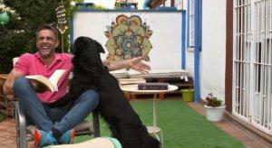 El presentador con su perro en la terraza de su casa