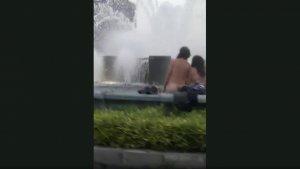 Imagen de la pareja bañándose en la céntrica fuente de Oviedo.