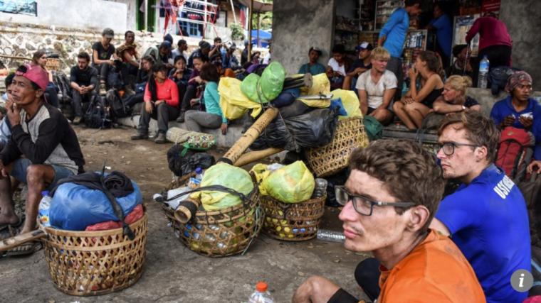 Imatge de diversos excursionistes que van ser sorpresos pel terratrèmol