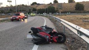 Imagen de la moto con la que circulaban las dos víctimas