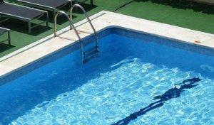 Una mujer de 80 años muere al caer en un piscina