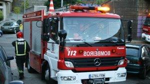Los Bomberos han tenido que evacuar a la mujer fallecida que había quedado atrapada dentro de su vehículo