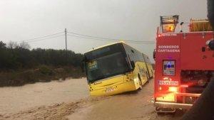 Un autobús con 70 escolares, atrapado por el temporal en Murcia