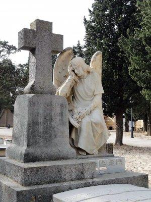 Àngel esculpit en una tomba del cementiri de Tortosa.