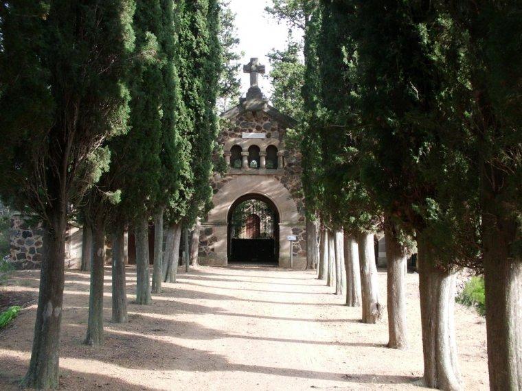 Avinguda i porta principal del cementiri de l'Argentera.