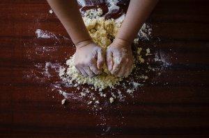 El procés artesanal de pastar el pa amb les mans.