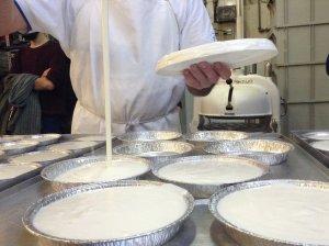 El procés d'emmotllat del menjablanc a la Pastisseria Caelles de Reus