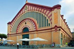 Façana frontal de l'edifici modernista del Mercat Municipal de Tortosa, tocant a llera del riu Ebre