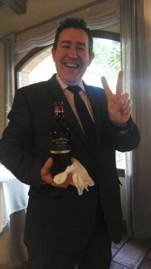 Javier Campo, un amfitrió extraordinari amb la seva ampolla d'oloroso Jalifa.