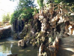La cascada romàntica del jardí de Villa Retiro.