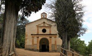L'elegant façana clàssica de la Catedral del Montsant.