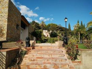 L'escala i els lleons que donen la benvinguda a Villa Retiro, a Xerta