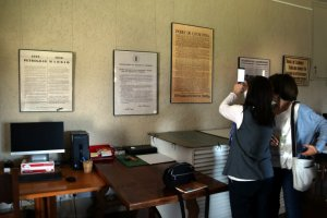 Pla general de dues visitants fent una fotografia en les jornades de portes obertes de l'Arxiu Montserrat Tarradellas i Macià al Monestir de Poblet.