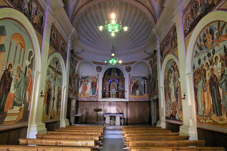 El Santuari, per dins. Amb els frescos de l'ortodox xilè.