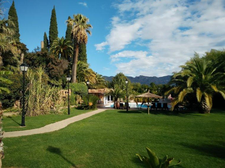 Jardí i piscina de Villa Retiro, amb el Cardó de fons.