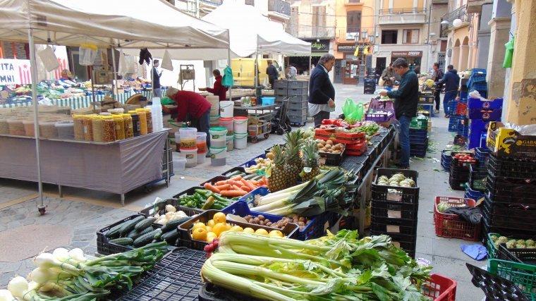 Mercat de la fruita i la verdura als carrers de Valls