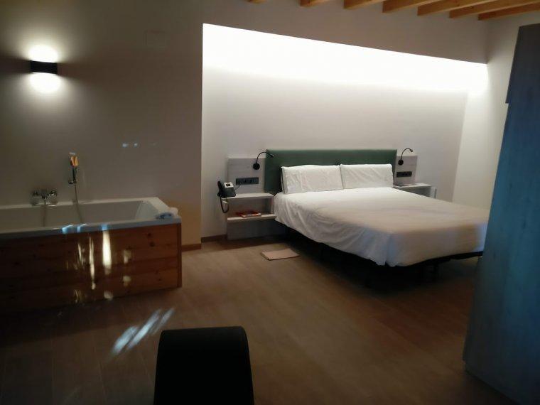 Una habitació de les modernes. Esperit zen, materials de luxe i confort.