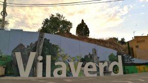 El mural a l'entrada de Vilaverd.
