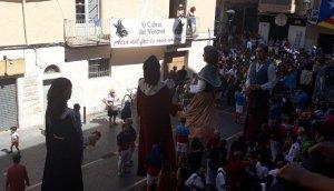 Els gegants ballant a la plaça Vella.
