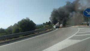 Imatge del cotxe incendiat, a Altafulla