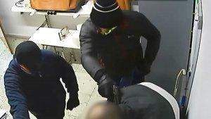Imatge dels lladres forçant un treballador