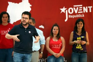 Pla general del vicepresident del Govern, Pere Aragonès, parlant dalt de l'escenari de l'Acampada Jove.