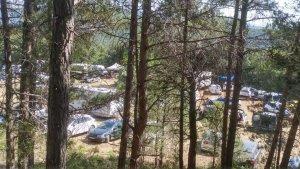 Pla obert de centenars de cotxes en un camp de Querol, a l'Alt Camp, en una festa 'rave' il·legal. Imatge del 24/06/2017.