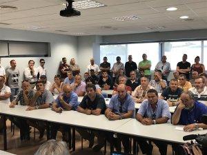 Una seixantena de taxistes s'han reunit en assemblea per decidir el suport als companys de Barcelona.