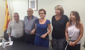 Agnès Ferré, amb la vara d'alcaldessa, i el seu equip de govern, després de la moció de censura.