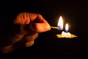 Imatge d'arxiu d'una espelma per fer llum
