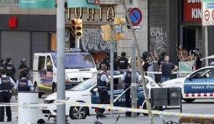 Instants després de l'atemptat de Barcelona, a la Rambla, amb agents dels Mossos i de la Guàrdia Urbana.